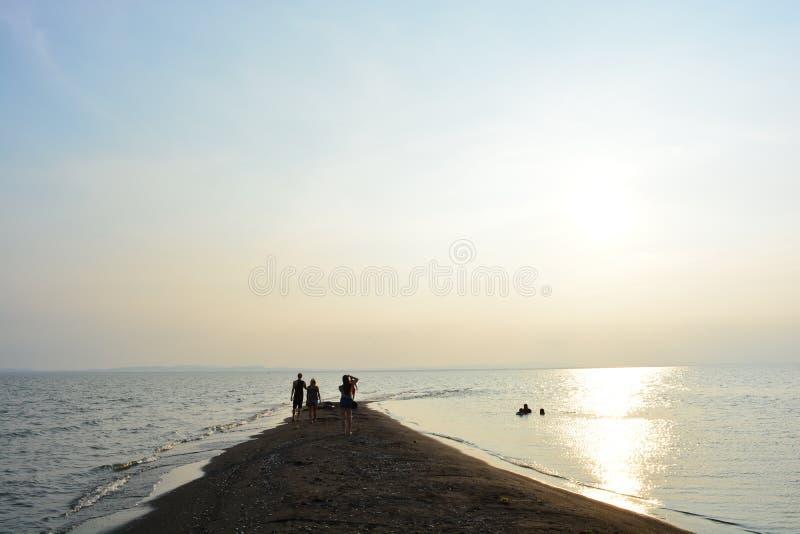 Toeristen die de zonsondergang in Ometepe-eiland, Nicaragua bekijken royalty-vrije stock afbeeldingen
