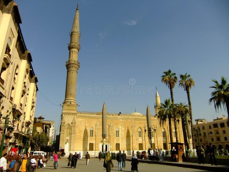 Toeristen die door Al-Hussein Mosque, Islamitisch district, Kaïro lopen stock afbeeldingen