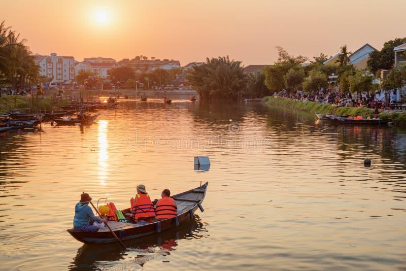 Toeristen die door boot bij zonsondergang reizen, Hoi An Ancient Town royalty-vrije stock fotografie