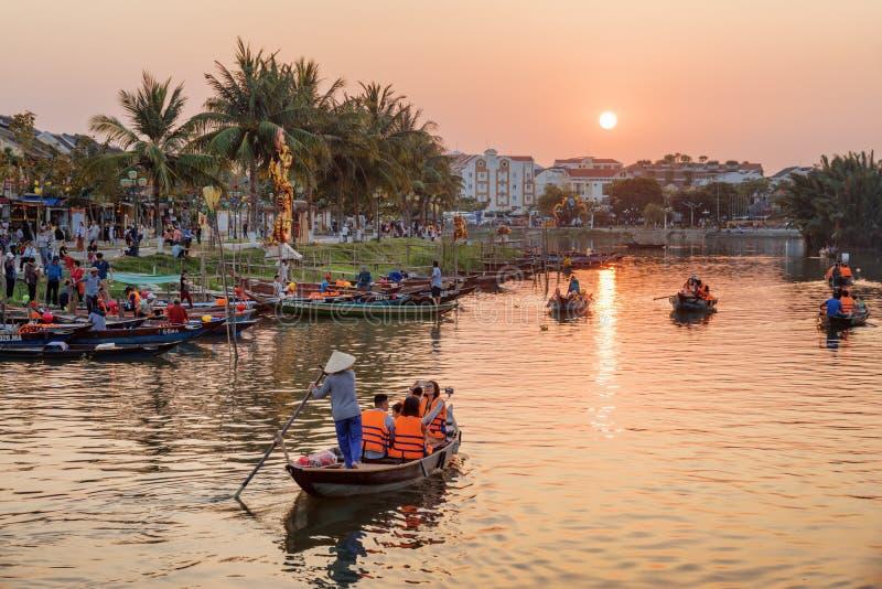 Toeristen die door boten bij zonsondergang reizen, Hoi An Ancient Town royalty-vrije stock foto's