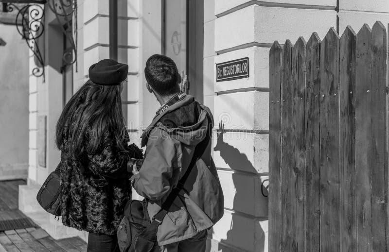Toeristen die door nieuwsgierigheid aan nieuw worden geduwd stock foto's