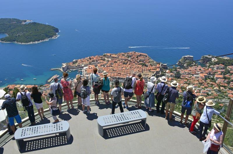 Toeristen die Dubrovnik bekijken stock foto
