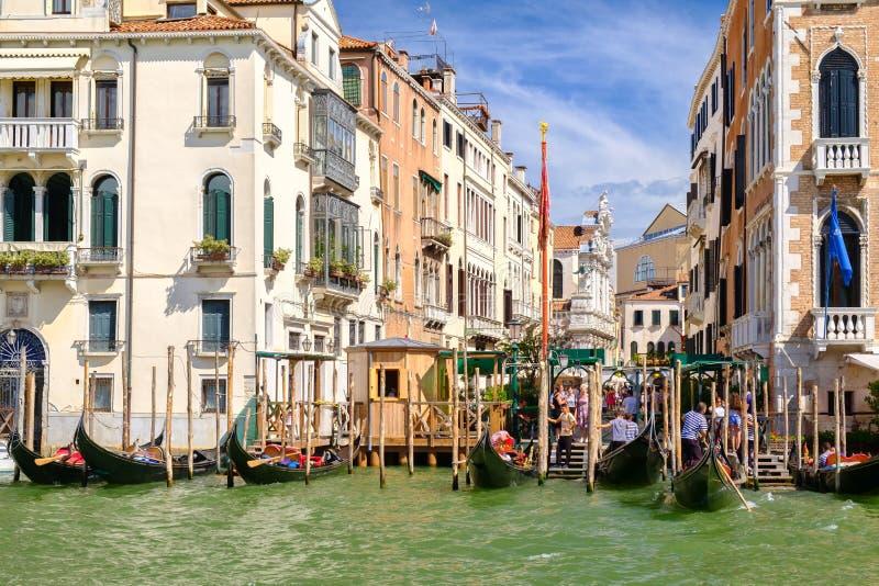 Toeristen die een groep gondels inschepen in Grand Canal in Venetië stock foto