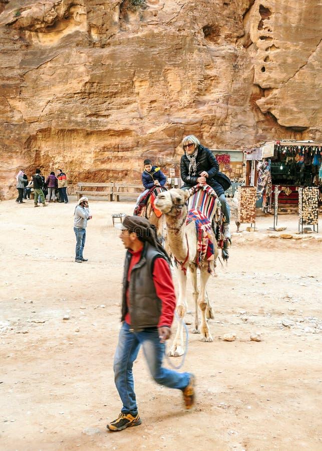 Toeristen die een kameel berijden royalty-vrije stock afbeeldingen