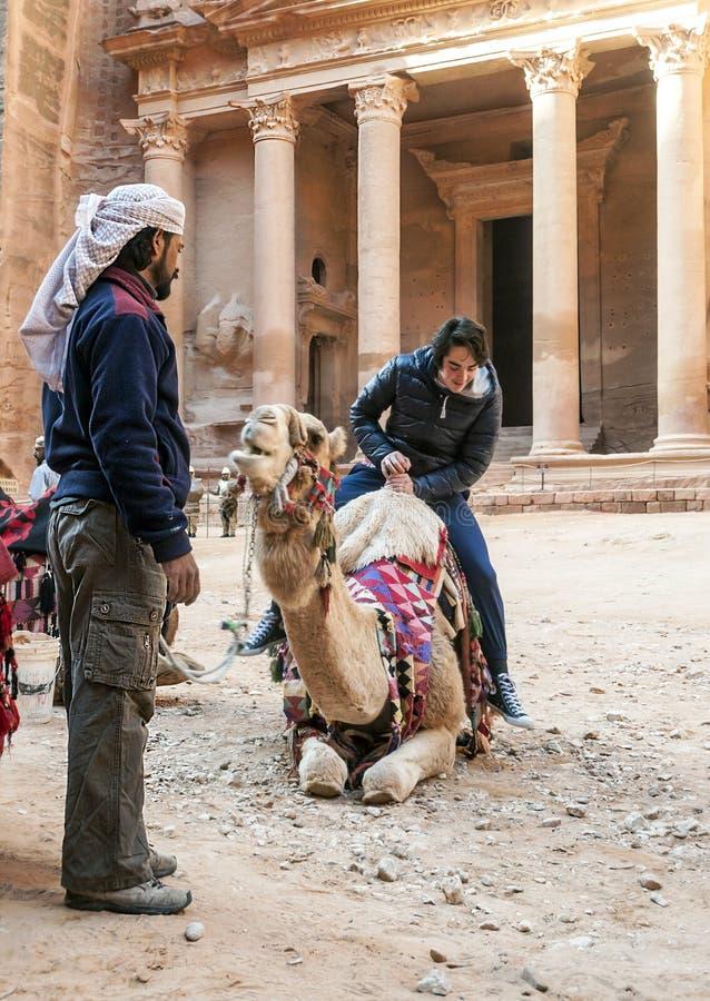 Toeristen die een kameel berijden stock afbeelding