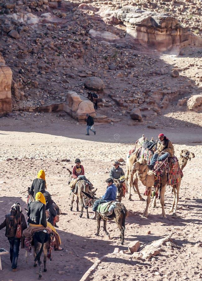 Toeristen die een kameel berijden royalty-vrije stock foto