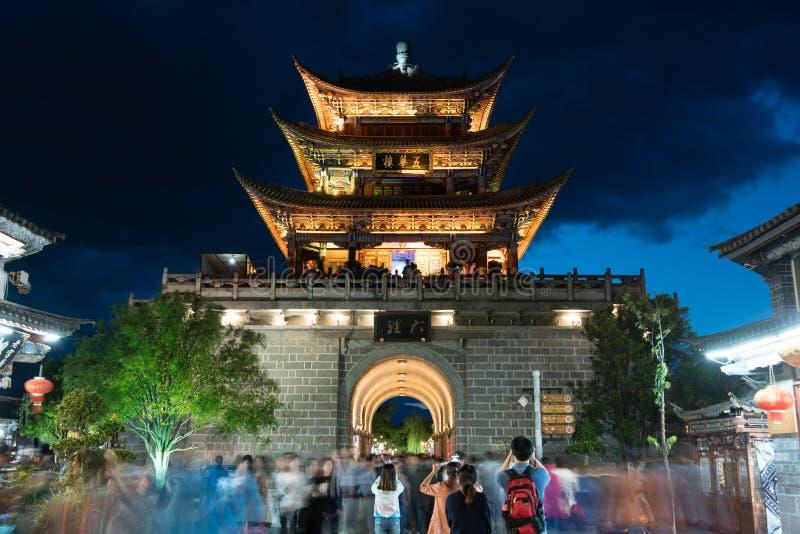 Toeristen die een traditionele Chinese toren fotograferen royalty-vrije stock afbeelding