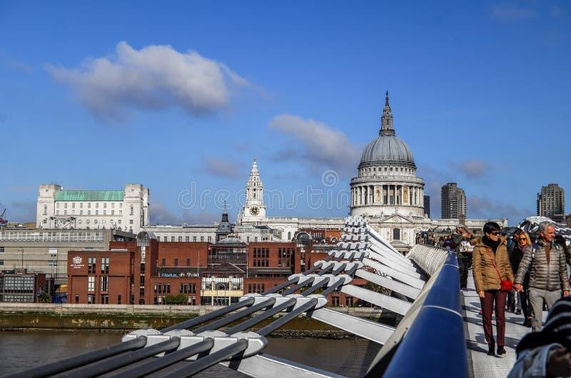 Toeristen die en Millenniumbrug met St Paul Kathedraal op achtergrond, Londen, Engeland, het Verenigd Koninkrijk lopen kruisen stock afbeeldingen
