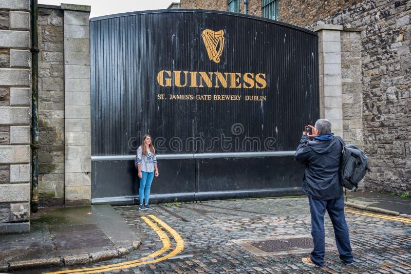 Toeristen die foto nemen bij St James Gate van de Guiness-pakhuisbrouwerij in Dublin stock afbeeldingen
