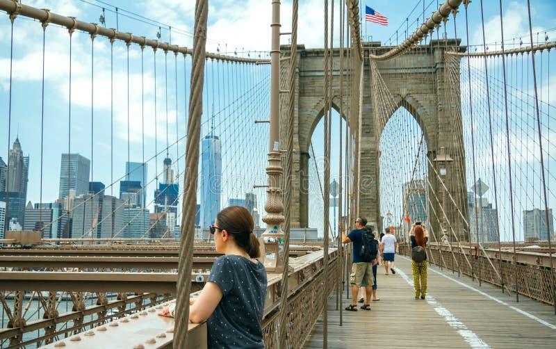 Toeristen die foto's in de Brug van Brooklyn in de Stad van New York nemen royalty-vrije stock fotografie