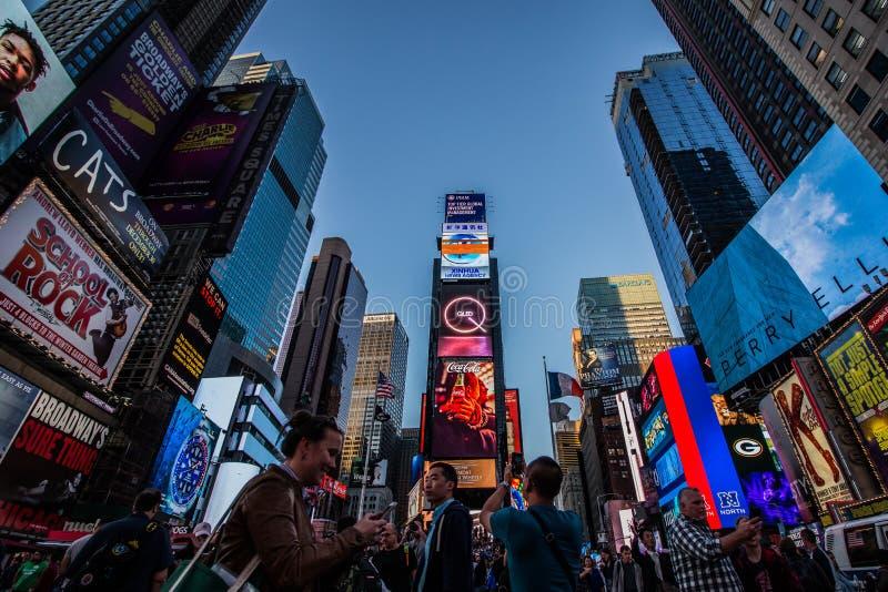 Toeristen die foto's nemen in Time Square royalty-vrije stock afbeeldingen