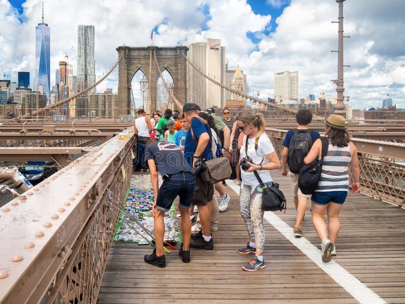 Toeristen die herinneringen kopen bij de Brug van Brooklyn in New York stock afbeelding