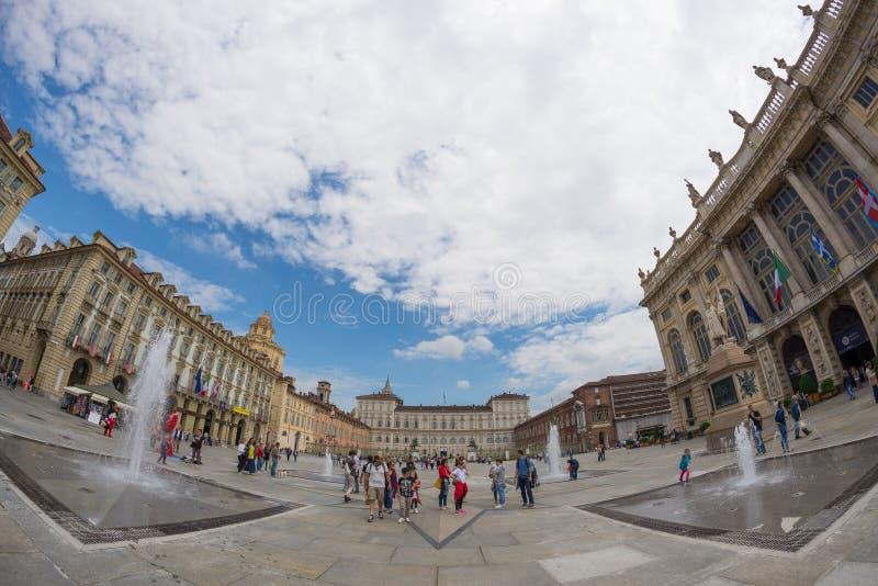 Toeristen die in het historische centrum van Turijn zwerven (Turijn, Italië) Voorgevel van Palazzo Madama in Piazz stock foto