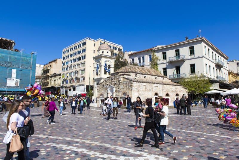 Toeristen die het Monastiraki-plein vanuit Athene bezoeken stock foto