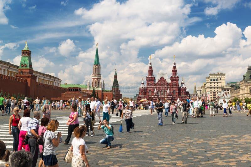 Toeristen die het Rode Vierkant in Moskou, Rusland bezoeken royalty-vrije stock fotografie