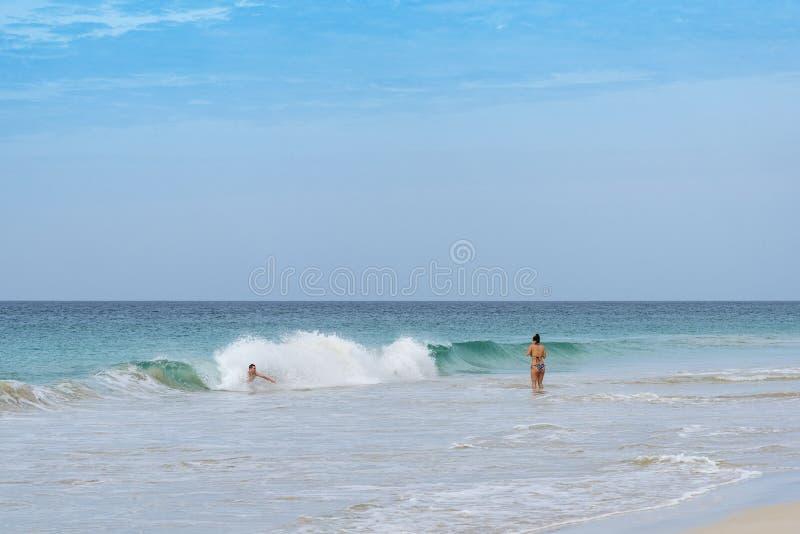 Toeristen die het strandboa vista baden van Kerstmanmã nica ³ royalty-vrije stock fotografie
