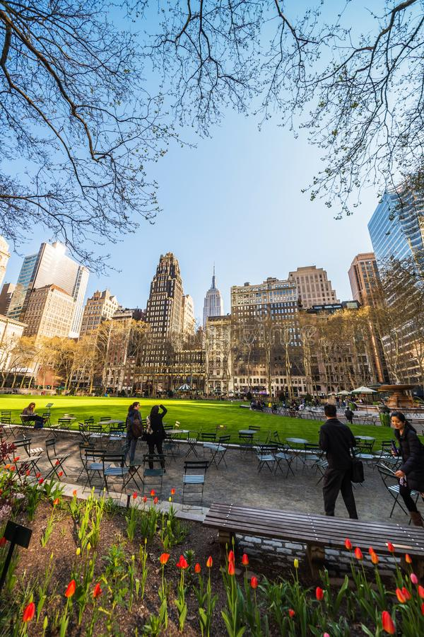 Toeristen die Horizon met Wolkenkrabbers in Bryant Park NYC bekijken stock foto's