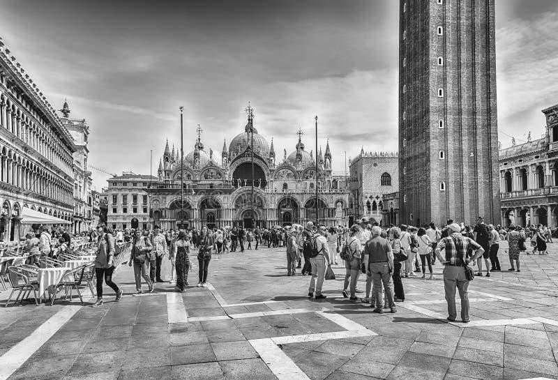 Toeristen die iconische St Mark' bezoeken; s Vierkant in Venetië, Italië royalty-vrije stock afbeelding