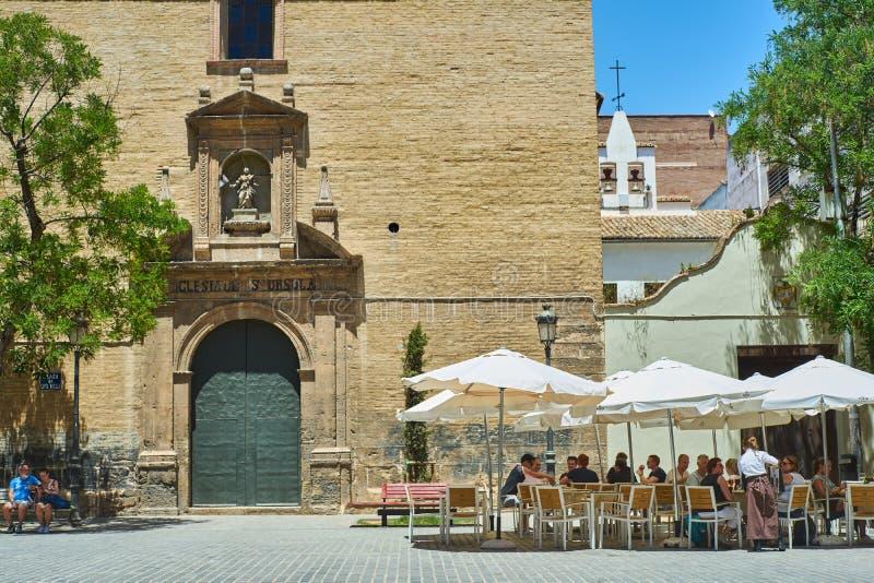 Toeristen die iets op een terras in Valencia drinken Valencia, Spanje stock fotografie