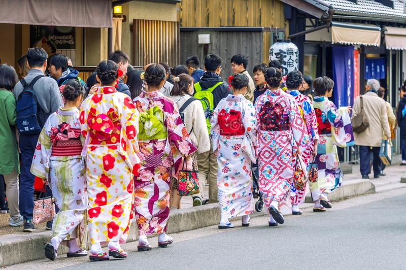 Toeristen die Japanse traditionele kimono dragen die in Arashiyama, Kyoto in Japan lopen royalty-vrije stock foto's