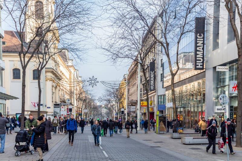 Toeristen die Kerstmis het Winkelen doen royalty-vrije stock afbeeldingen