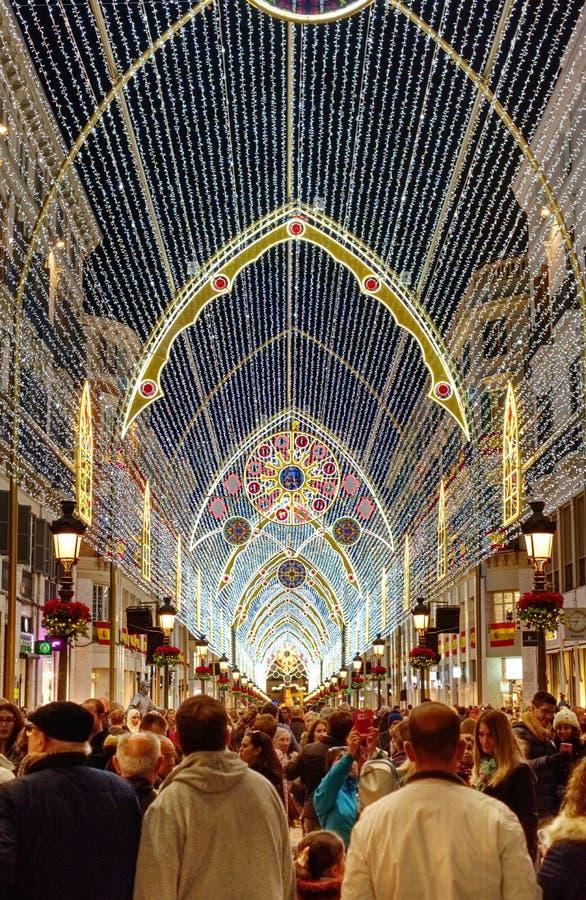Toeristen die Kerstmislichten, Malaga, Spanje bezoeken royalty-vrije stock afbeelding