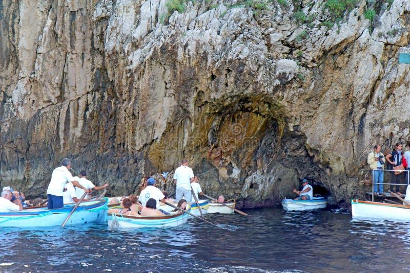Toeristen die in kleine boten de Blauwe Grot op Capr wachten in te gaan royalty-vrije stock foto