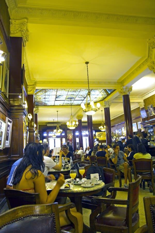 Toeristen die koffie drinken royalty-vrije stock afbeelding