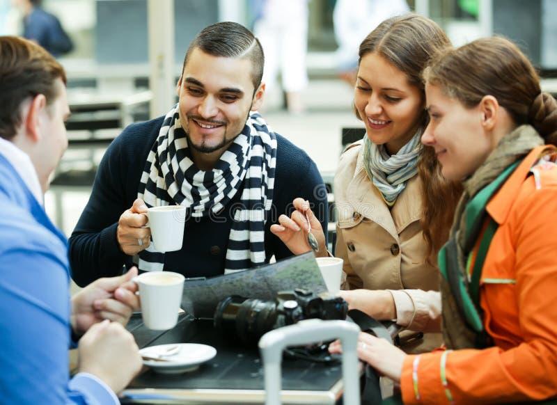 Toeristen die koffie drinken bij koffie en stadskaart lezen royalty-vrije stock afbeelding