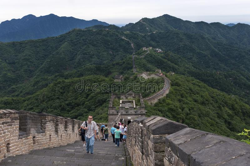 Toeristen die langs een sectie van de Grote Muur van China in Mutianyu, Kin lopen royalty-vrije stock afbeelding