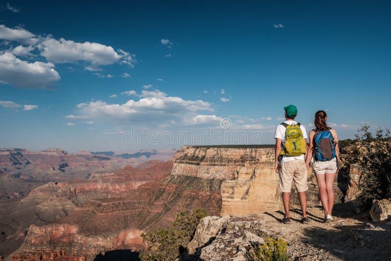 Toeristen die met rugzak in Grand Canyon wandelen royalty-vrije stock foto