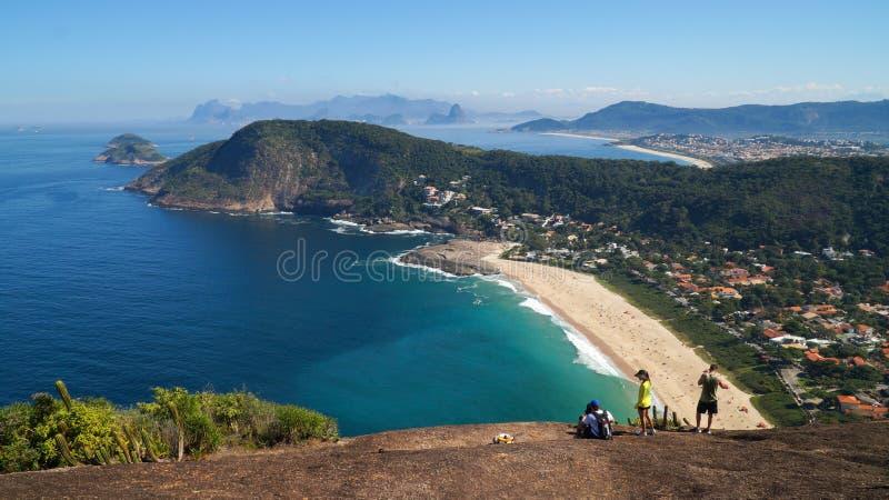 Toeristen die neer aan Itacoatiara-Strand kijken royalty-vrije stock fotografie