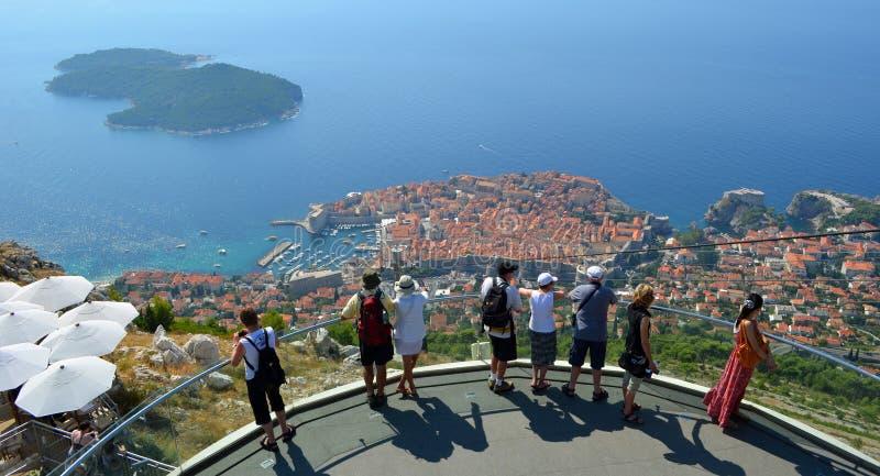 Toeristen die neer de oude stad van Dubrovnik van berg hoogste het bekijken platform bekijken stock afbeeldingen