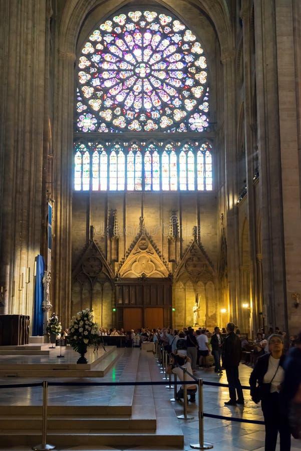 Toeristen die Notre Dame de Paris bezoeken royalty-vrije stock foto's