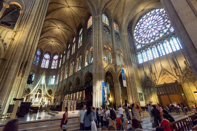 Toeristen die Notre Dame de Paris bezoeken royalty-vrije stock afbeelding