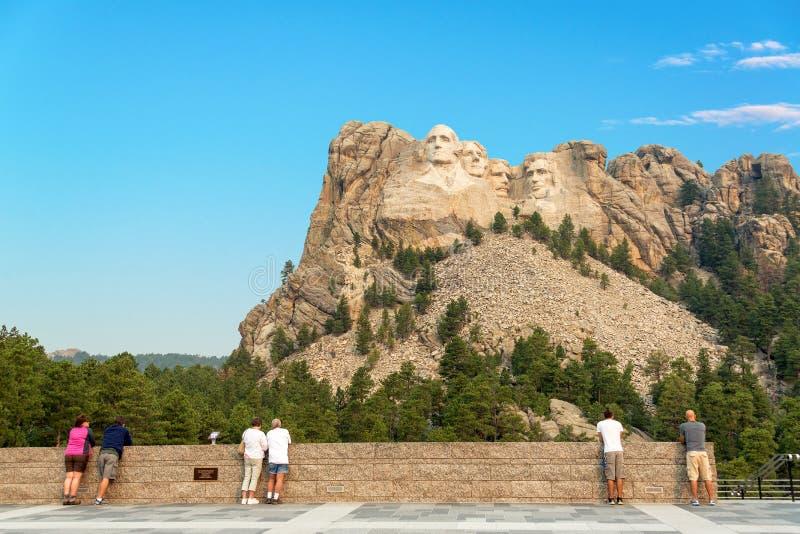 Toeristen die Onderstel Rushmore bekijken royalty-vrije stock afbeeldingen