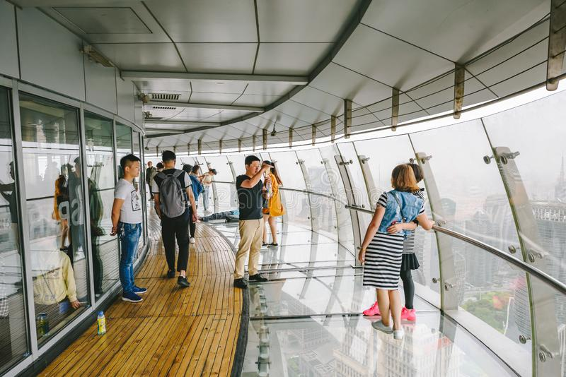 Toeristen die Oosterse Pareltoren in Shanghai, China bezoeken stock foto's