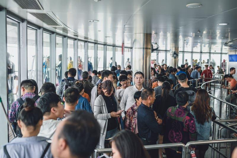 Toeristen die Oosterse Pareltoren in Shanghai, China bezoeken stock afbeeldingen
