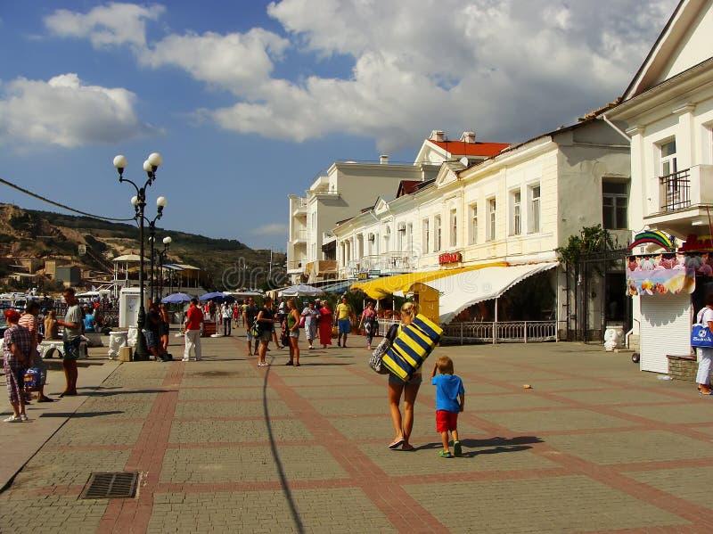 Toeristen die op Balaklava-stadswaterkant lopen, de Krim royalty-vrije stock foto's