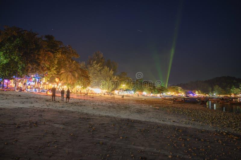 Toeristen die op bar en restaurant met laser ontspannen die op het strand bij lipeeiland tonen royalty-vrije stock afbeelding