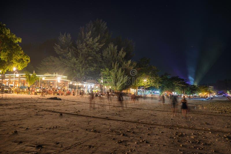 Toeristen die op bar en restaurant met laser ontspannen die op het strand bij lipeeiland tonen royalty-vrije stock afbeeldingen