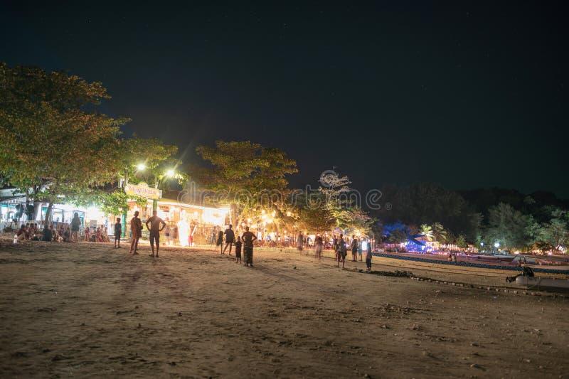 Toeristen die op bar en restaurant met laser ontspannen die op het strand bij lipeeiland toont royalty-vrije stock foto's