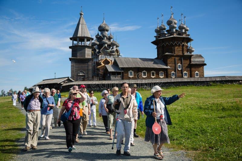 Toeristen die op beroemd Eiland Kizhi in Rusland bezoeken stock foto's