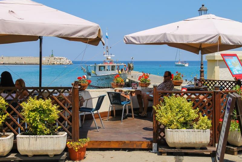 Toeristen die op de openluchtkoffie op het eiland van Elba in Marciana rusten stock fotografie