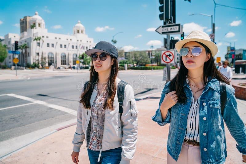 Toeristen die op de straat met hoeden lopen stock fotografie