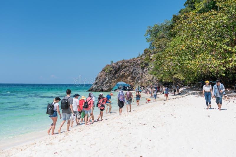 Toeristen die op het strand in Koh Kai, Lipe-eiland lopen stock foto