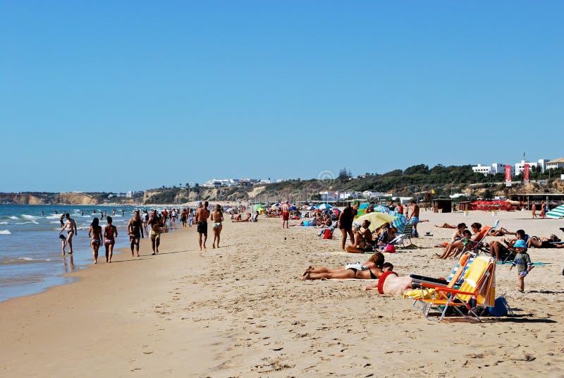 Toeristen die op het strand, La Frontera, Spanje ontspannen van Conil DE royalty-vrije stock afbeeldingen