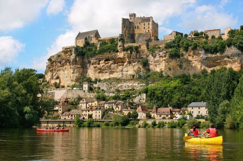 Toeristen die op rivier Dordogne in Frankrijk kayaking royalty-vrije stock foto