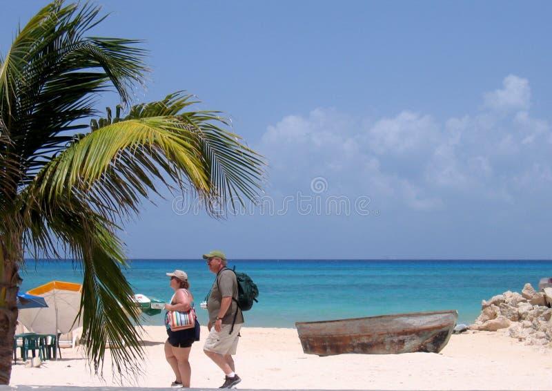 Toeristen die op strand lopen   stock foto's