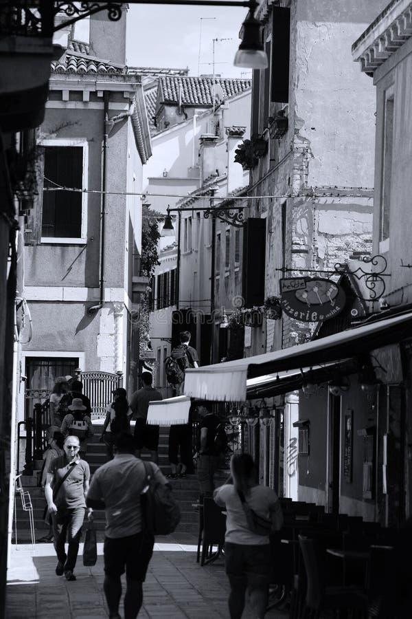 Toeristen die op straten van Venetië, Italië lopen royalty-vrije stock afbeeldingen